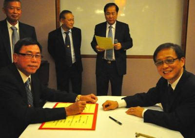 Mr Sik Hing Signing his Commitment as Chairman  <br>会长薛兴签越就职