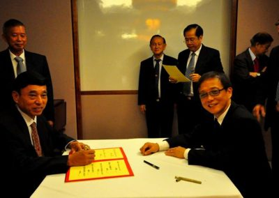 Mr Tay Kwang Soong Signing his Commitment as Vice Chairman  <br>副会长郑光顺签越就职
