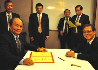 Mr Goh Kim Hai Signing his Commitment as Secretary  <br>总务吴金海签越就职