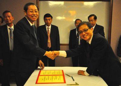 Mr Yee Whai Lin Signing his Commitment as Asst Secretary <br>副总务余海年签越就职