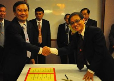 Mr Ong Kim Yeow Signing his Commitment as Treasurer  <br>财政王金耀签越就职