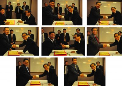 Newly Assigned Committee Members Signing their Commitment  <br>签任为委员